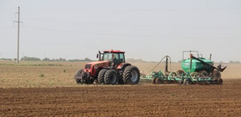 Трактор «Беларус-3522» в работе с посевным комплексом «Кузбасс ПК-12.2» производства ООО «Агро», г. Кемерово