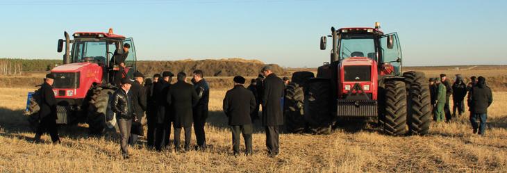 """Интерес к энергонасыщенным """"Беларусам"""" не утихал и после завершения демонстрационного показа."""