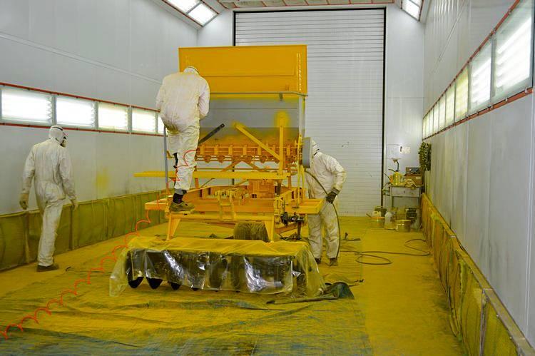 Процесс покраски сеялки. Фото: АгроИнфо