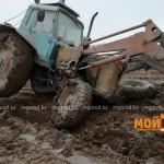 Из-за бездорожья в селе ЗКО трактор развалился на части