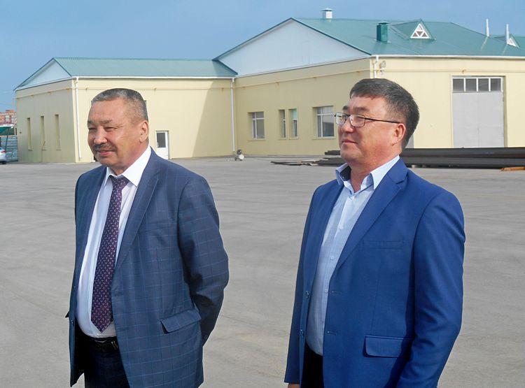 нач.отдела УСХ Орал Оразалин и дир.филиала ФФПСХ Марат Салыкбаев