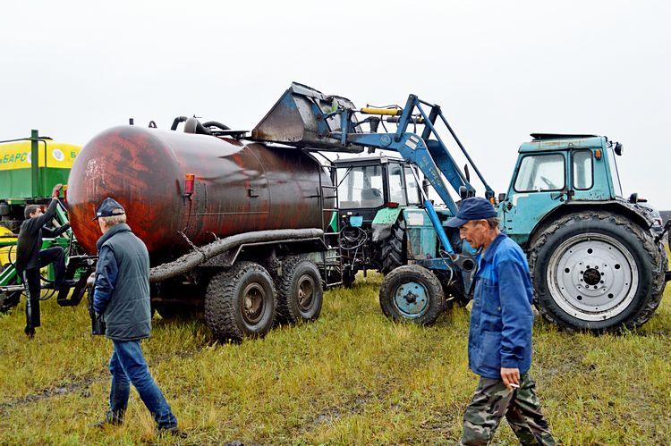 Фото 3-2: Вмонтировали бочку на основу прицепа «ПТС-9», поставили насосы / Фото: ©АгроИнфо