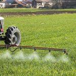 На каком расстоянии от населённого пункта разрешена обработка полей гербицидами с помощью наземных установок?