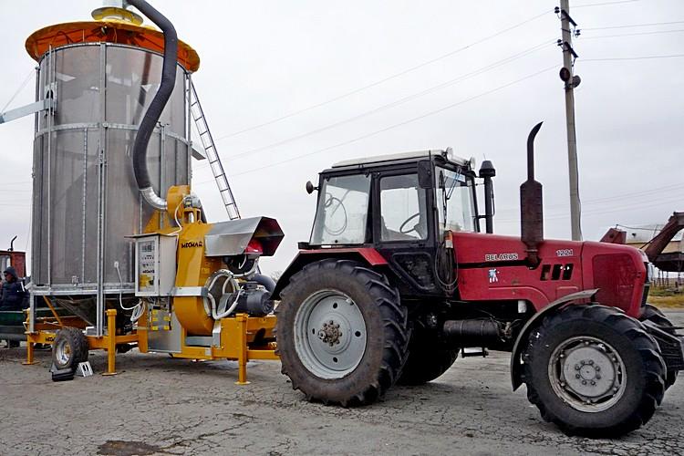 Зерносушилка и трактор