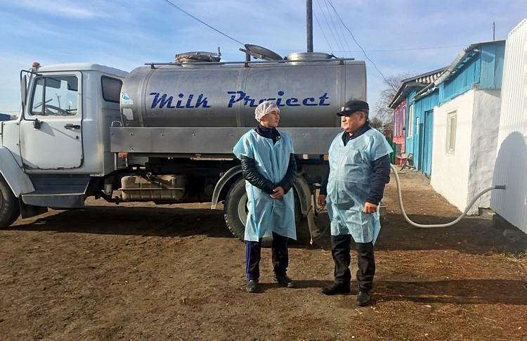 СПК Алихан Амир - Сергазинов Кунанбай с сыном Данияром. Фото: пресс-служба АО «Фонд финансовой поддержки сельского хозяйства»