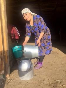Сдача молока. Фото: ресс-служба АО «Фонд финансовой поддержки сельского хозяйства»