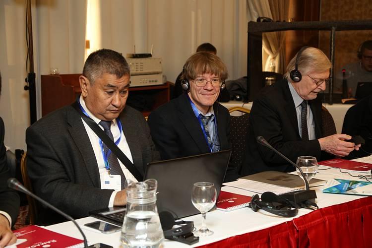 Некоторые участники конференции, слева направо: Довлет Джумакулиев, координатор проектов РЭЦЦА в Туркменистане, Бурхард Мейер, Доцент Лейпцигского университета, Джон Ян, представитель Агентства США по международному развитию / Фото: carececo.org