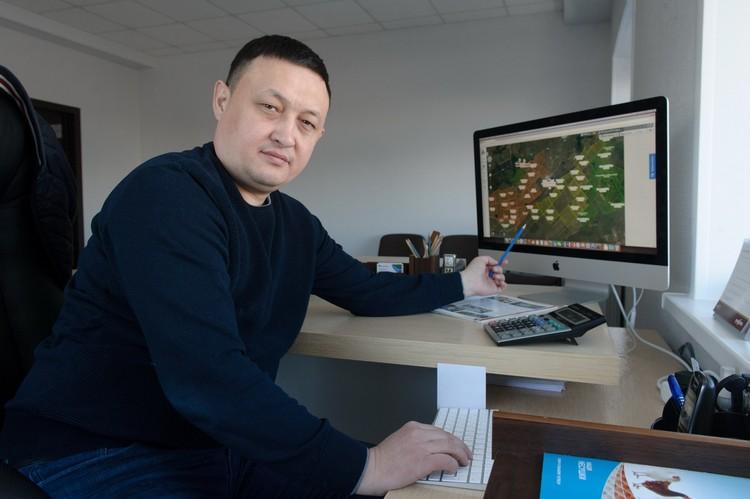 Несколько движений и  Мырзабек Назарбеков выводит на экран монитора картографическую картинку землепользования хозяйства. / Фото:  Виктор Штыкельмайер