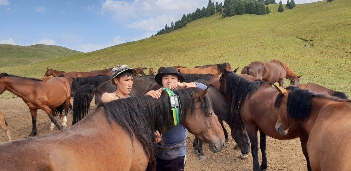 Янгчен инструктирует казахстанского фермера / Фото: news.samsung.com/kz_ru