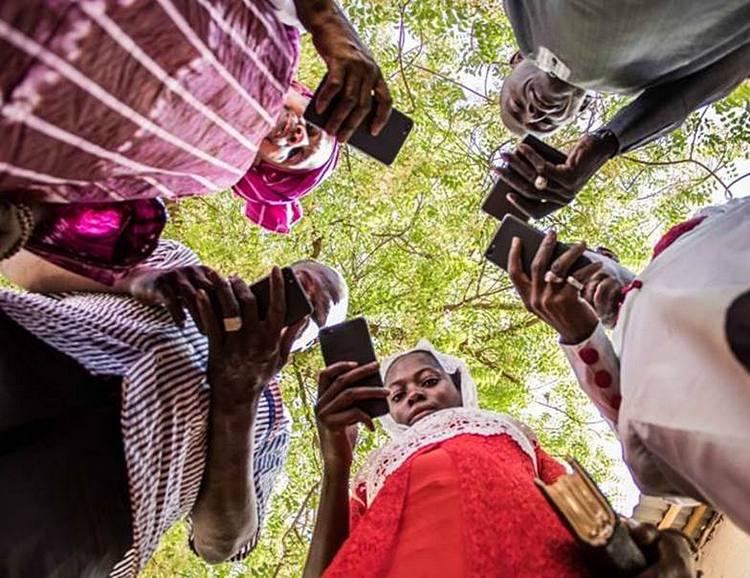 ФАО были разработаны четыре новых приложения, предоставляющие фермерам текущую информацию о погоде, уходе за домашним скотом, рынках и питании. ФАО/Алиун Ндие