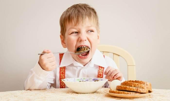 Ребенок с удовольствием ест блюдо из зернобобовых – это вкусные и универсальные продукты, они богаты питательными веществами и очень полезны для здоровья костей. Фото: ©Niktalena/Shutterstock