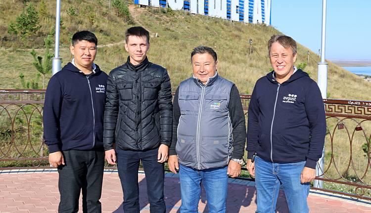 Игорь Мерклингер (второй слева) с сотрудниками компании «Август-Казахстан» / Фото: ©ТОО  «Август-Казахстан»