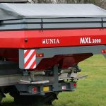 В разбрасывателях удобрений Unia MXL теперь компьютер в стандартной комплектации